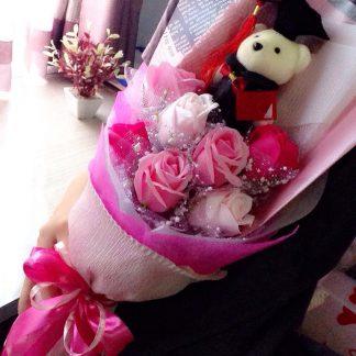 Buket Bunga 7 Bunga Rose sabun 1 boneka wisuda